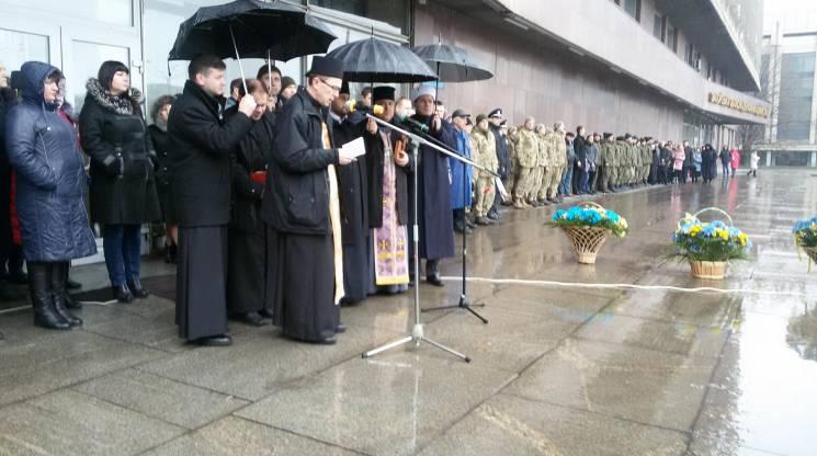 У центрі Запоріжжя під проливним дощем молилися за загиблих добровольців (ФОТО)