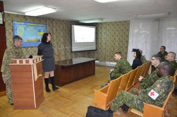 Канадські армійці у Вінниці знайомилися з можливостями аеромедичної евакуації поранених