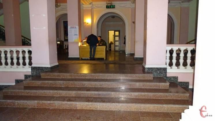 """Немає предмету - немає проблеми: В Хмельницькому Будинку рад зникла """"будка розбрату"""""""