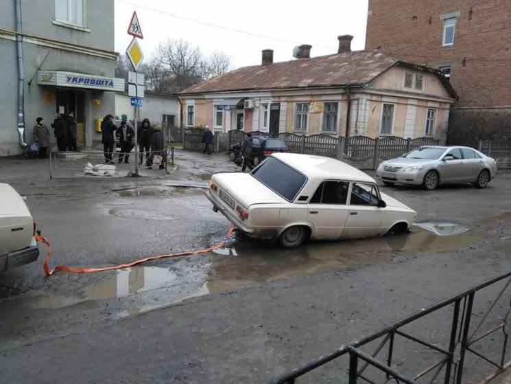 На Тернопольщине авто провалилось в глиб…