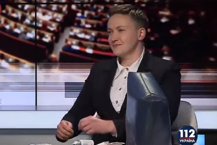 Савченко нарешті показала, що носить у сумці (ФОТО, ВІДЕО)