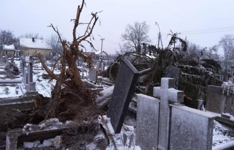 У Виноградові від стихії серйозно постраждав міський цвинтар (ФОТО)