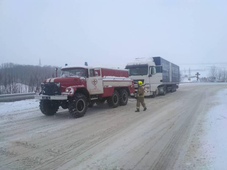 Рятувальники на Хмельниччині звільнили з снігових заметів 21 автівку, в яких перебувало 28 людей