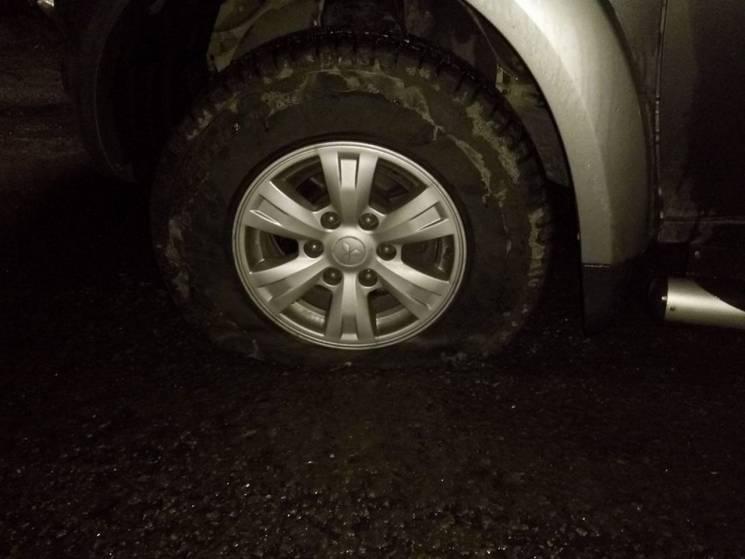 У відомого лікаря Дніпра забрали водійське посвідчення через пробите у ямі колесо