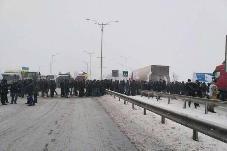 Дві сотні людей блокують рух транспорту на Хмельниччині (ФОТО, ВІДЕО)