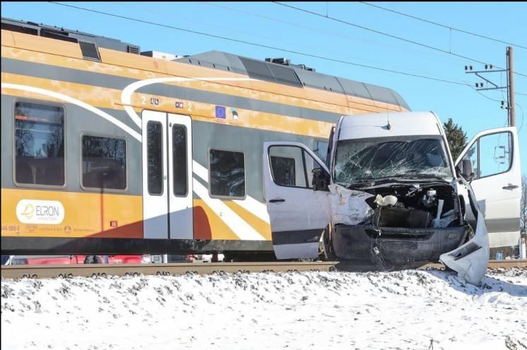В Естонії потяг протаранив мікроавтобус (ФОТО)