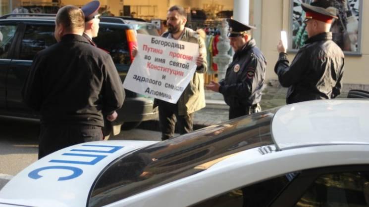 В Сочи задержали активиста, просившего Б…