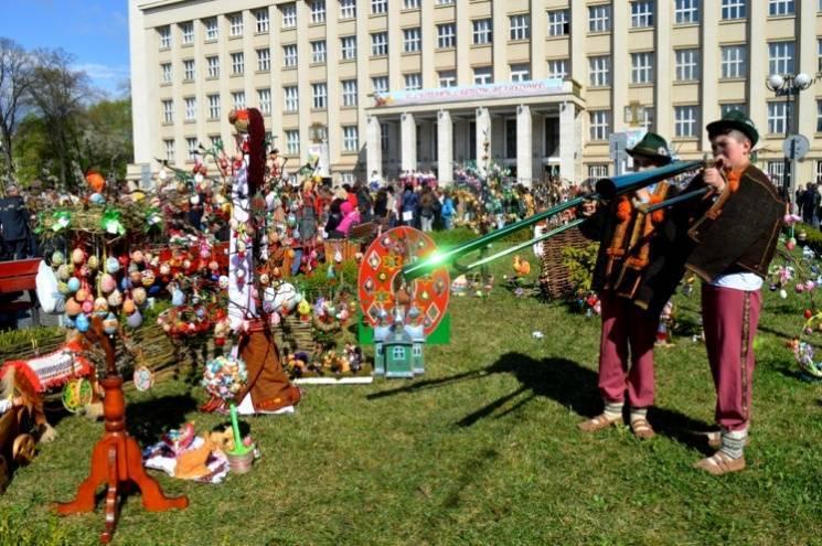 Національний рекорд: уцентрі Ужгорода виставили 17 тис. писанок