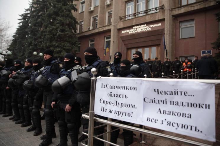 Николаевский облсовет окружили силовики и ожидают националистов