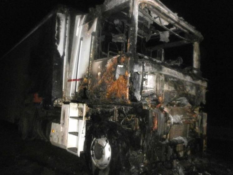 На Полтавщині посеред дороги згоріла ван…