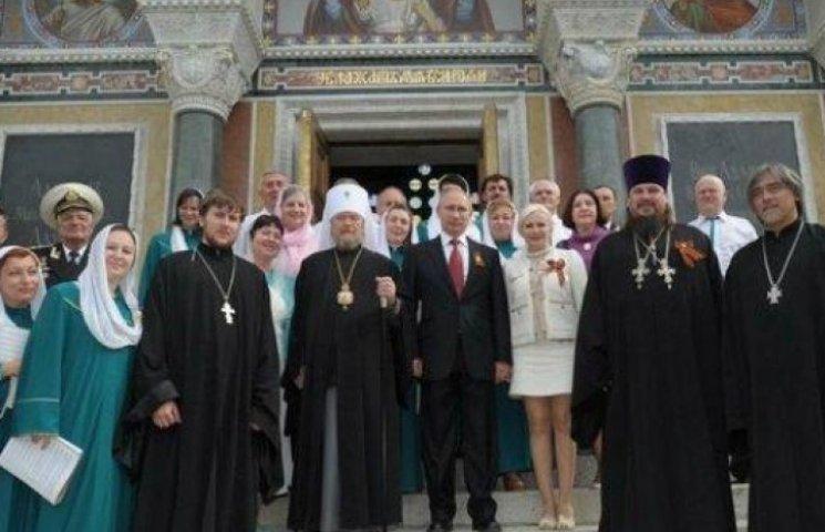 ФОТО ДНЯ: Путин сходил в храм с блондинкой в мини-юбке