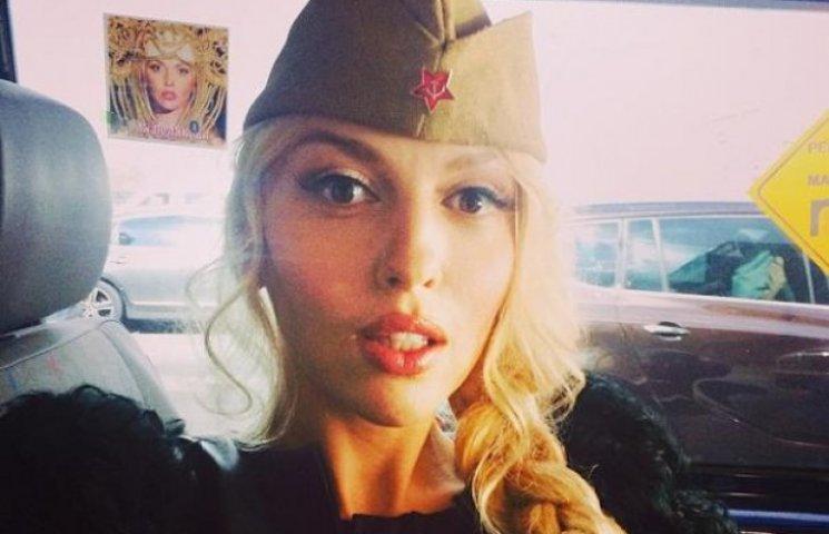 Оля Полякова похвасталась пышным бюстом