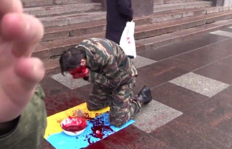 Россиянин под ФСБ умылся кровью над украинским флагом