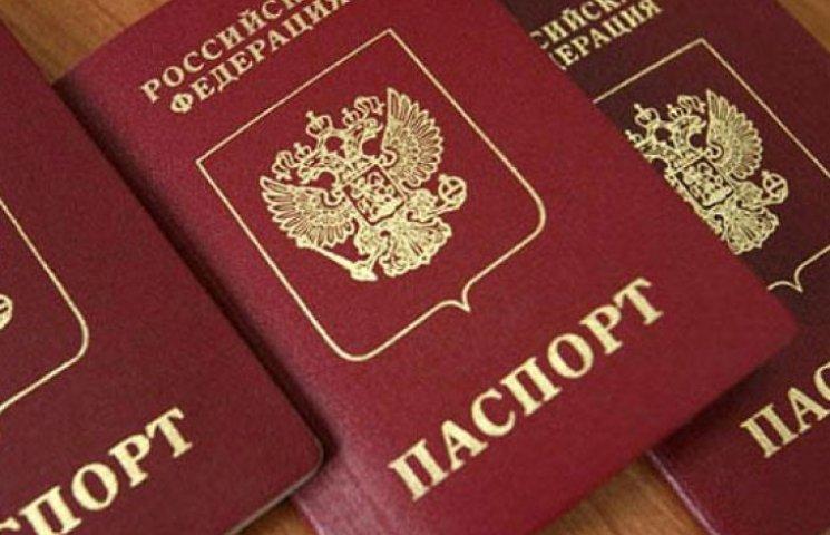 Крымчан с российскими паспортами на материк не пускают
