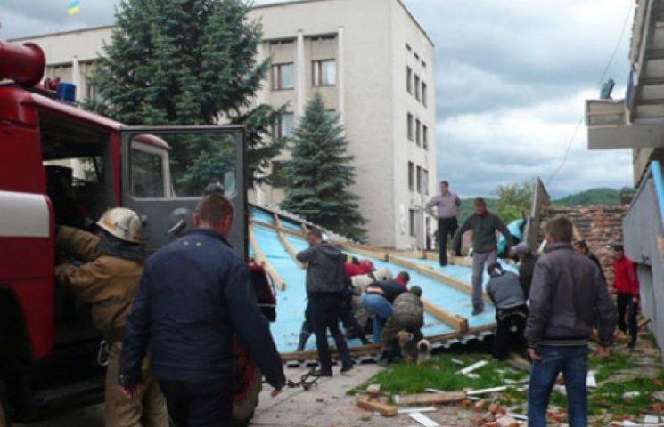 На Черниговщине ураганом сорвало со зданий 147 крыш