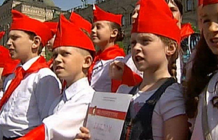 Назад в СССР: на Красной площади в пионеры приняли около 3 тыс школьников