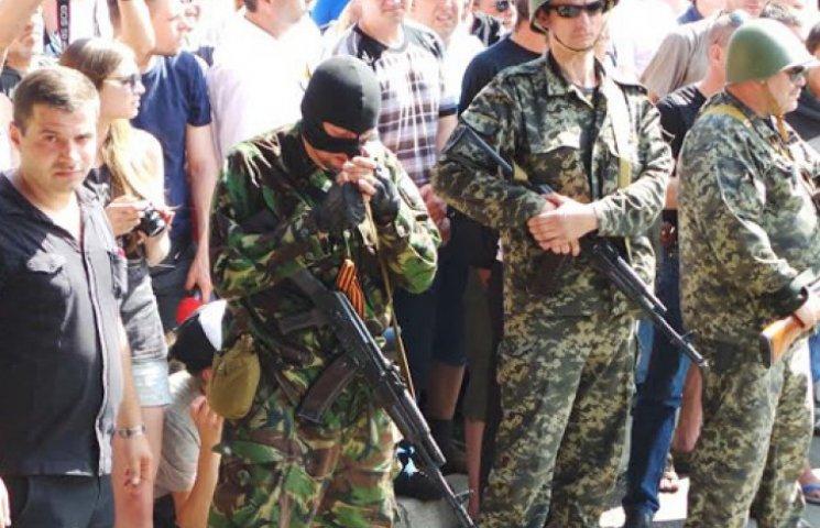 Штурма не будет: сепаратисты в недоумении уходят от резиденции Ахметова