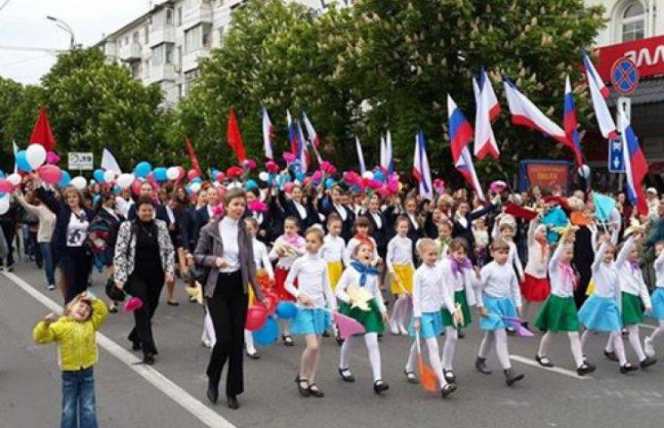 В оккупированном Симферополе идет парад под сотнями российских триколоров