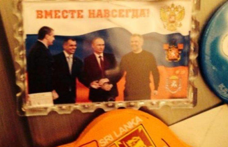 Холопов Путина вешают в Крыму на холодильниках