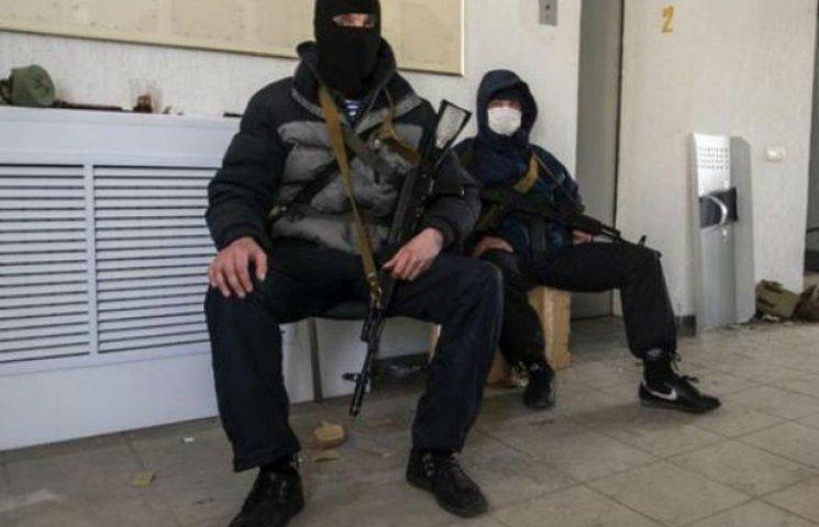 В Луганске террористы забрасывают гранатами военную часть