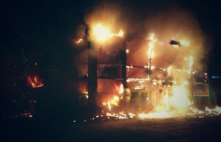 В Мариуполе сожгли центральный офис «ПриватБанка»