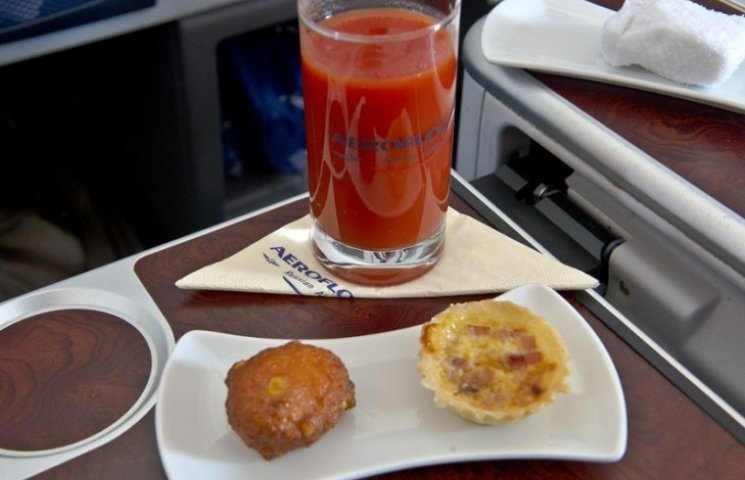 Ученые выяснили, почему люди во время перелета предпочитают томатный сок