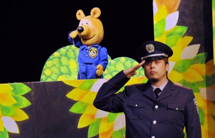 В Николаеве медведей одели в милицейскую форму