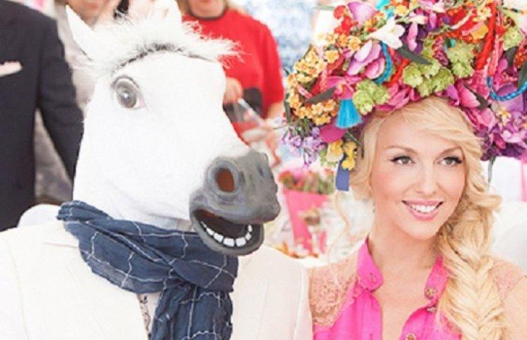 Оля Полякова упала с коня