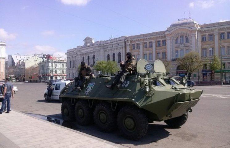 На вулицях Харкова з'явився БТР (ФОТОФАКТ)