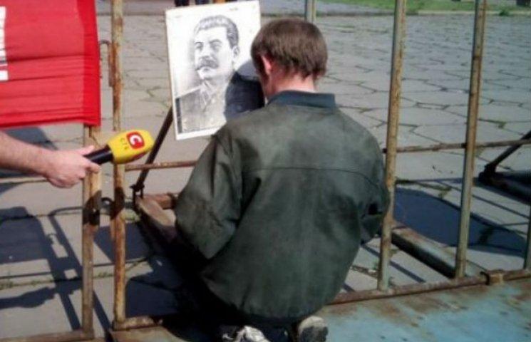 У Запоріжжі комуністи повісили на паркані Сталіна (ФОТО)