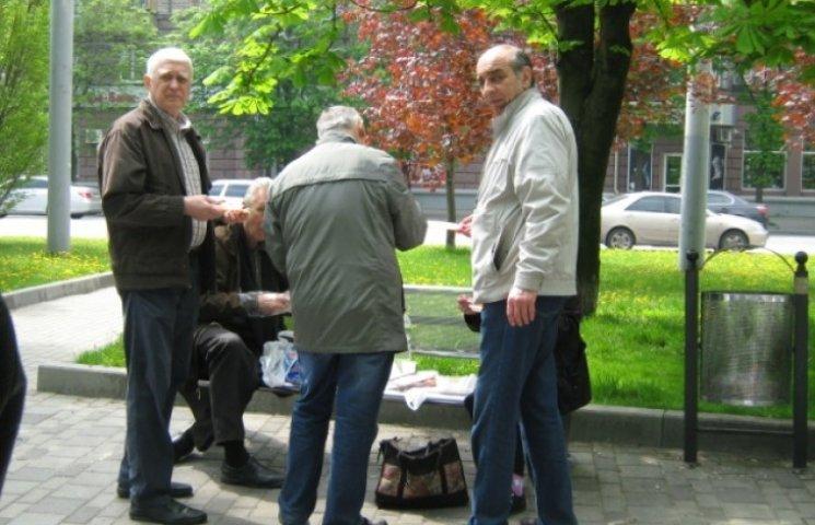 Дніпропетровці святкують Першотравень на Набережній і милуються фонтанами