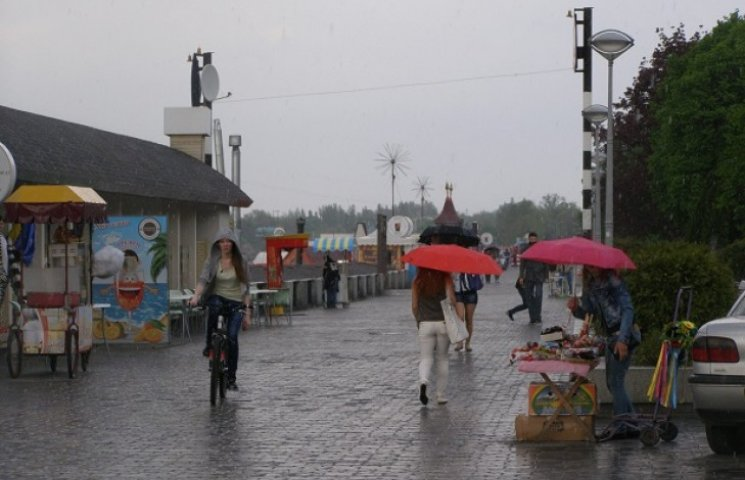 1 травня у Дніпропетровську: дощ, кальяни та річковий трамвай (ФОТО)