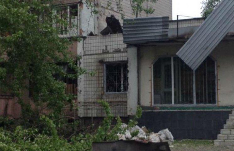 Наслідки нічного обстрілу Донецька: дірки в будинках, розвалені під`їзди (ФОТО)