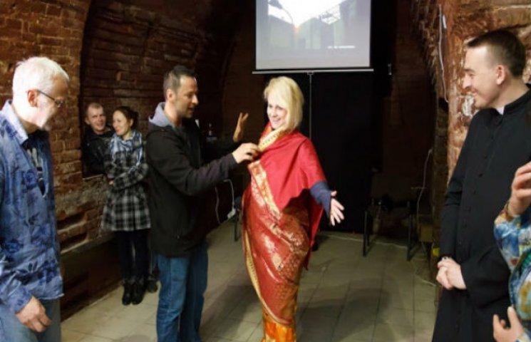 Поляк Макс Скшечковський вдягнув сумчанок у сарі