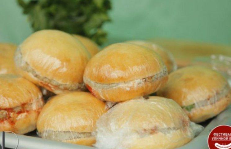"""На """"фестивалі вуличної їжї"""" зголодніла донеччанка хотіла обміняти одяг на """"єбургери"""" (ФОТО)"""