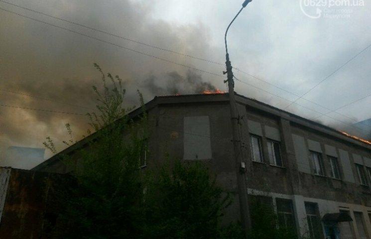 У центрі Маріуполя лютує пожежа: зайнявся пенопластовий цех (ФОТО)