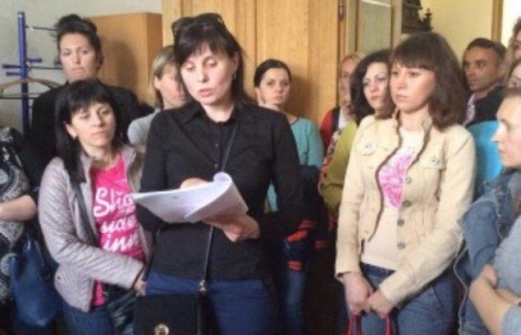 У Мукачеві обурені батьки пікетують міськвиконком