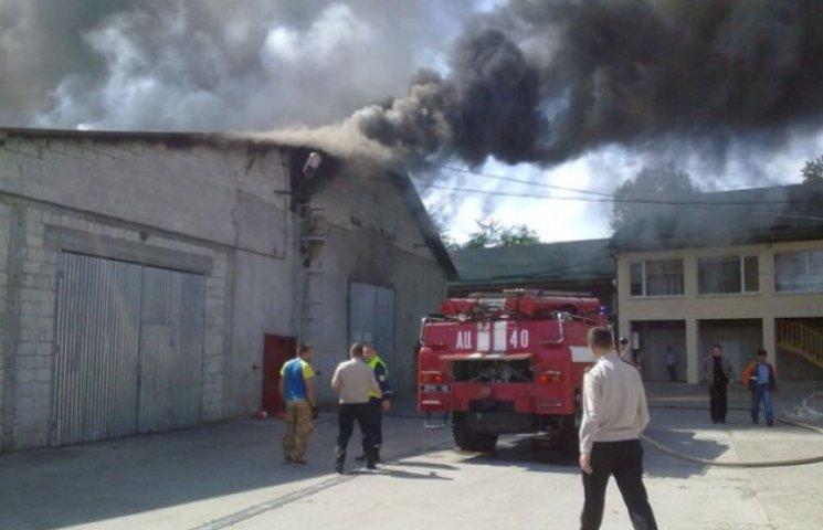 На Закарпатті чотири години гасили пожежу на деревообробному заводі (ФОТО, ВІДЕО)
