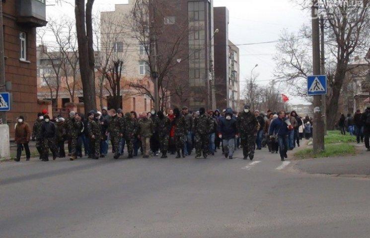 Натовп проросійських бойовиків іде захоплювати міськраду Маріуполя 9 травня 2014 року