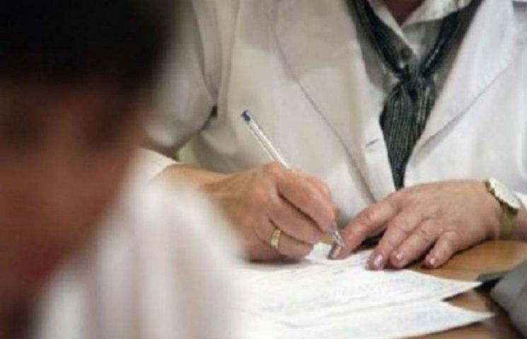 Лікарка санепідслужби в Сумах проводила перевірку з пляшкою коньяка