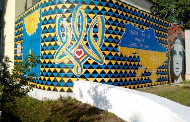 На вулицях Охтирки з'явилося масштабне графіті з тризубом та напуттям від Кузьми Скрябіна (ФОТОФАКТ)
