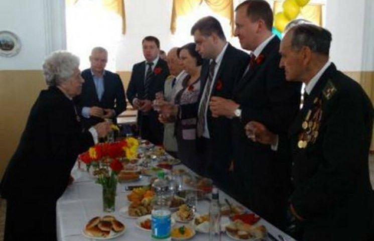 Керівники Сумщини випили і закусили на банкеті з ветеранами (ФОТОФАКТ)