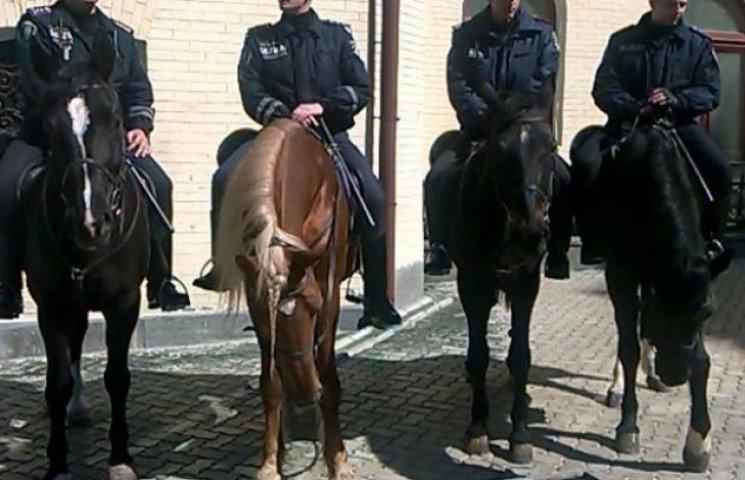 Мітинг колишніх регіоналів охороняє міліція на конях (ФОТО)