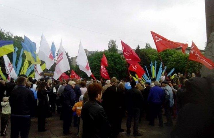"""Дніпропетровськ толерантний: біля пам'ятника Слави """"змішалися"""" різні прапори і стрічки (ФОТО)"""