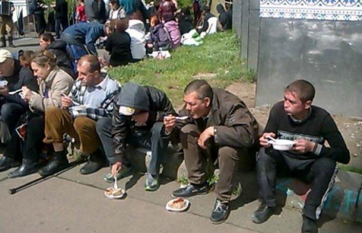 """Прихильники """"Опозиційного блоку"""" на мітингу до Дня Перемоги вимагають горілки (ФОТО)"""