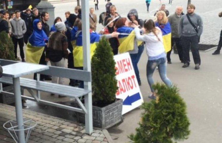 У Харкові проросійськи налаштованих дівчат облили кефіром (ФОТОФАКТ)