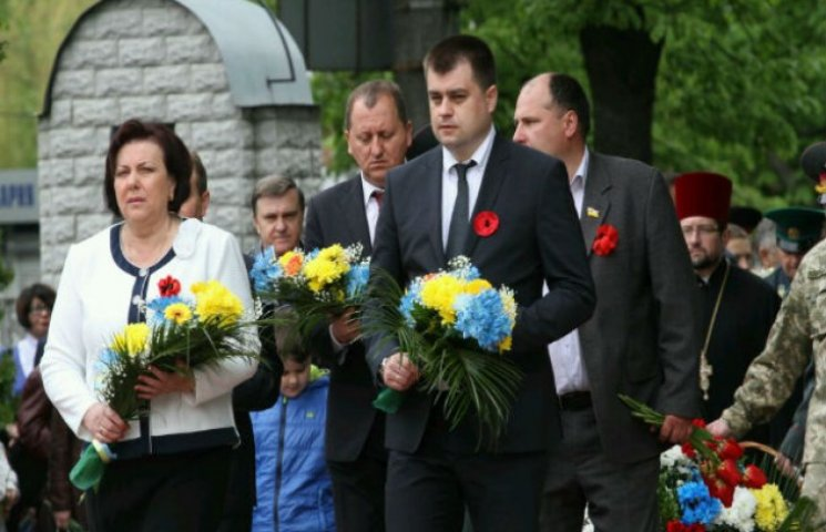 Після бенкету замгубернатора Сумщини не з'явився на покладання квітів (ФОТОФАКТ)