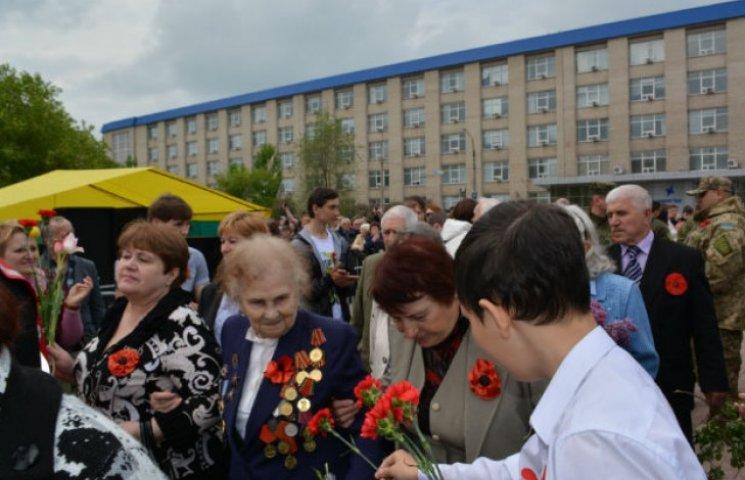 День Перемоги у Сєвєродонецьку: ветерани, синьо-жовті прапори, військова техніка, маки і голуби (ФОТО)