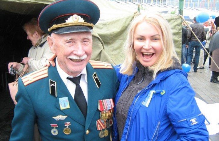 У віп-наметі на Набережній Дніпропетровська депутатка-регіонал пригощала горілкою (ФОТО)