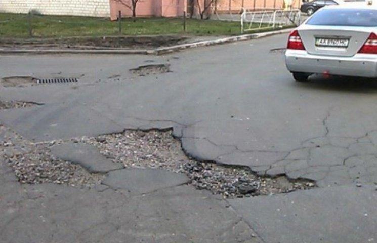 """Київські дорожники """"працюють"""": У подвір`ях Троєщини машини провалюються у ями (ФОТОФАКТ)"""